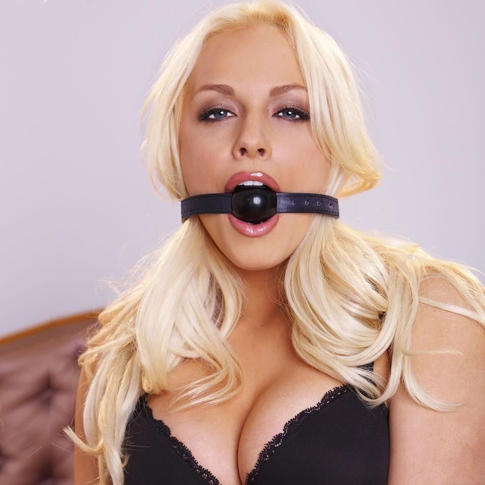 порно красивая блондинка с шариком во рту - 4